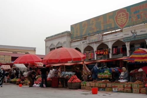 その近所には、果物売り場が固まっていた。<br />石榴に无花果(新疆イチジク)、干果類が沢山売られている。