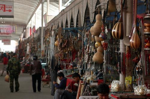店舗の並んでいる様子は、こんな感じになっている。<br /><br />昔の熱気が全くなく、閑散として淡々と時が流れている。喀什に熱閙地点が無くなってしまった感じだ。
