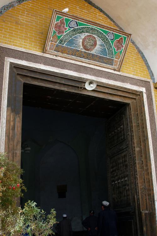 エイティガール寺院の門。<br />実は、昨日もそうだったが、今日も参拝時間に当たってしまい、中には入れず。<br />エイティガール寺院に沿って右側へ行くと、商店が並んでいる。<br />そこには歯医者が沢山並んでいる。何か最新設備を導入している所もあった。<br />そのまま進むと、地場の小径に出る。