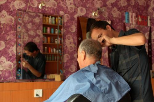 そう言う会話をしながらも、散髪はドンドン進んで行く。<br />その間、こまは暇をもてあまし、店内のソファに座りながら、バーバー店内観点の写真を撮っていた。