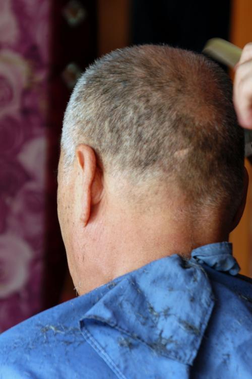 殆ど完成!<br />写真ではまだらに見えるが、それはごま塩ヘアのせい。実物は中々の出来だった。<br />一気に10歳若返り、田舎の爺さんから都会の爺さんに変身!。(*o☆)\バキッ!(褒めてないぞ!)<br /><br />仕上げの洗髪類は梨という事で、最後の仕上げに入ってもらう。<br />その間にも写真を撮り続けるこま。