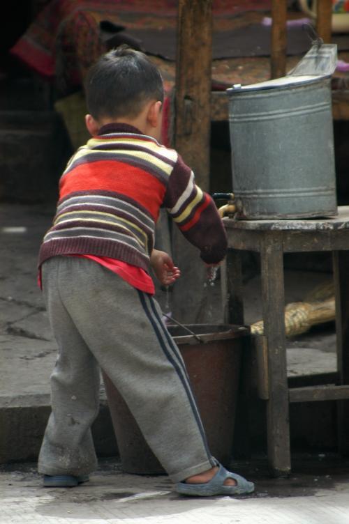 店の脇で手を洗う子供さん。<br />維吾爾の街中の小店(小さな個人の店)では、手を洗う設備としてこう言うモノがぶら下げてある店が多い。<br /><br />ゴシゴシゴシ・・・<br />奥から兄ちゃんが出てきて、「サッサと洗え!水が無くなるだろ」と言うようなやり取りで、水を止められてしまった。(^^;