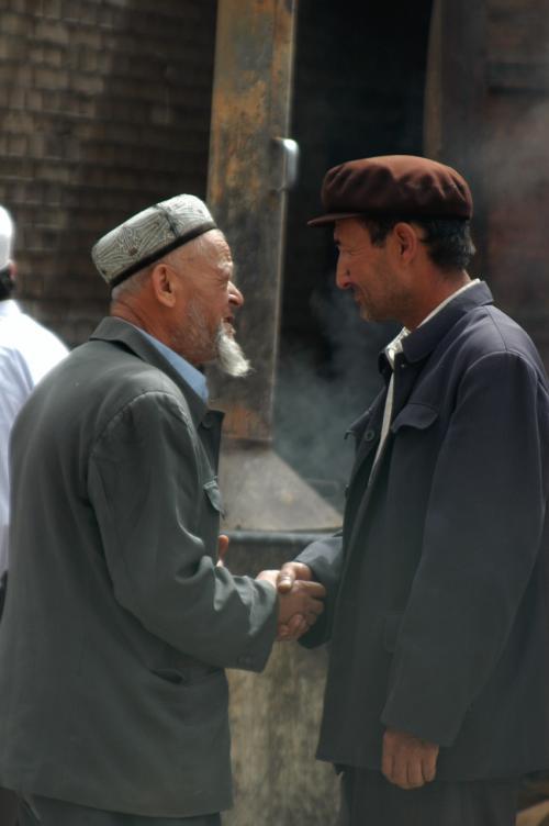 維吾爾人の挨拶風景。<br />何かとっても親密性が高い感じ。<br />こう言った挨拶があちこちで見られる。<br />手を胸元に充てながらお辞儀もする。<br />礼法は漢民族の雑で濃い挨拶よりも、遙かにシュールで素敵に感じる。