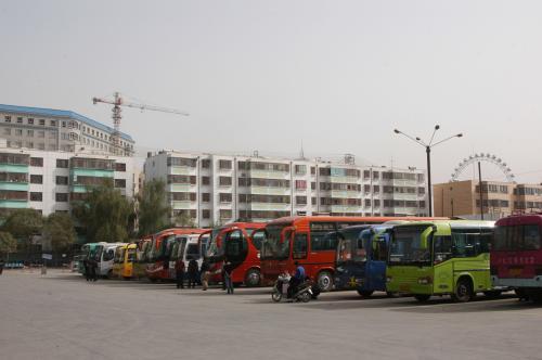 派手な感じのバスが多い。<br />砂漠は地味で殺風景だから丁度良いかも。