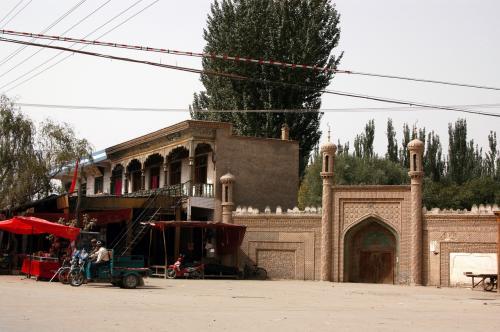 最初の村「喀群郷」到着。