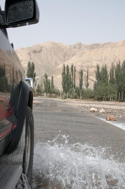 川の水は無臭で、余所の中国では中々出会えない水だろう。<br /> <br />北京チェロキーが、バシャバシャとその中へと入って進む。<br />とは言っても、決して馬車ではないのであしか・・・(*ω☆)\バキッ!(おやぢギャグは要らん!)<br />