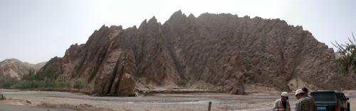 縦撮影を6枚繋いでみた。(お初の試み)<br />手前を流れる浅い川は、さっき見てきた叶爾羌河の上流だ。<br />