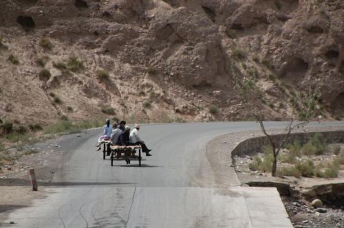 二輌の村人の驢馬車が、ここから先へ続く道を登って行く。<br />