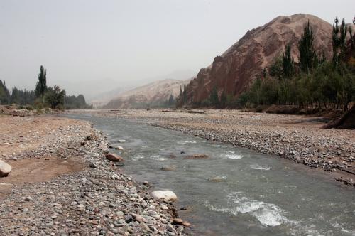 その小川に行ってみた。<br />緩やかな流れを想像していたが、結構流れのきつい川だ。<br />爺ぃ曰く、昔、この川をなめて中に入った友人が流されて(もう少し水量の多かった時)、現地の人にロープで助けられたそうだ。<br />この先の下流には大滝があるらしい。