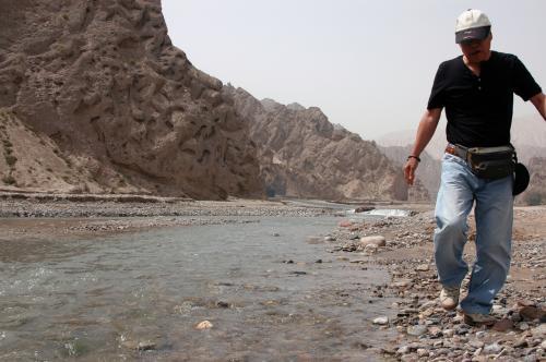 川縁で、記念になるような小石を捜す、「乙女チック」なクニクニ。<br />それは冗談として、それほど心に深く印象付いた場所だった・・と言う事だろうとこまは思う。