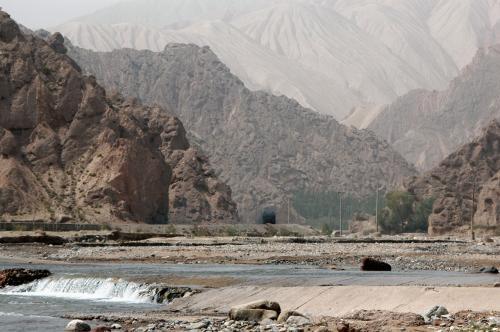 霍什拉甫と言う村の山々。<br />遠くのしわしわな感じの山は、昔の砂丘が戈壁化したのだろうか・・・?<br />砂漠とは、「砂場」とは違うので、大抵大きな丘か山になって君臨する。<br />
