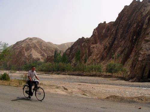 村の生活感溢れる一枚。<br />人と自転車は、その気分を充分高めてくれる。<br /> <br />(爺ぃ撮影:Pana DMC-FZ10)