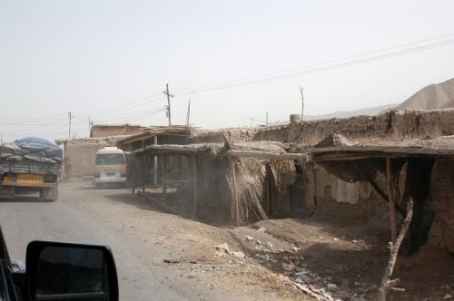 霍什拉甫の人々の住居。<br />「白タク」の路線バスが停まっていた。