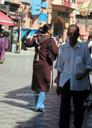 タッセルが付いたジュラバを着た女性