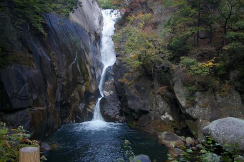 滝自体の形がすごくきれいだと思いました。<br />岩肌の鋭利な断面と木々のコントラストが美しいです。<br />水の落ちていく軌跡が、なんともいえない優雅な感じを与えます。