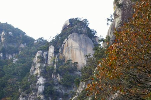 昇仙峡といえばの覚円峰(かくえんほう)です。<br />岩肌は、中国の西遊記に出てくるような景色を思い起こさせます。<br /><br />今にも崩れてきそうですが、絶妙なバランスで維持されているみたいです。