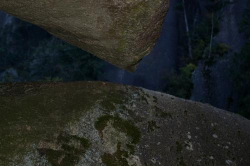 注目なのは、石と石がくっついていなくて、微妙なスペースがあることです。<br />どういう力が働いているのかわかりませんが、自然の神秘です。