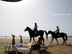 ビーチを見回る騎乗おまわりさん。