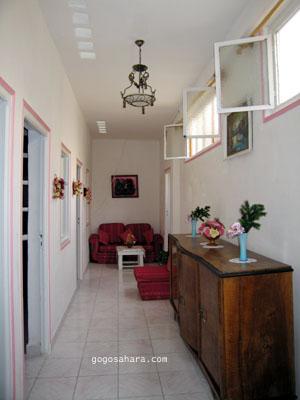私達が借りた家。<br />キッチンや部屋に続く廊下、兼 居間。
