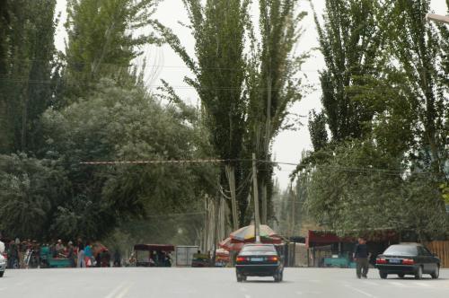そのチェロキーが出迎えてくれた。<br />莎車市内から30km弱離れた田舎の維吾爾人町へ向かう。<br /> <br />いつもお馴染みの「突然の道路口」。<br />ホント、ここを入ると世界が激変する。