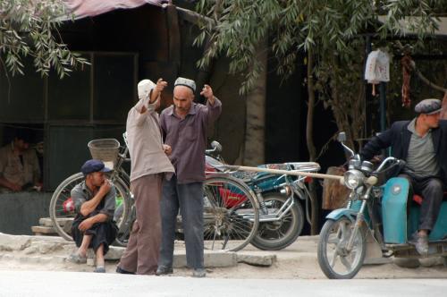 熱く語り合う地元の人。<br />この辺りは中国人と相通じる所在り。