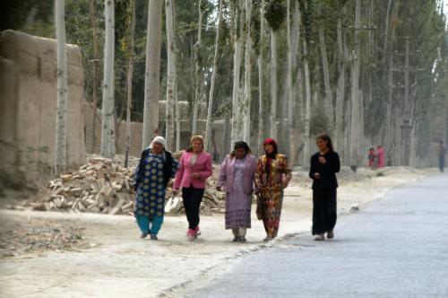 維吾爾おばさん達が「帯」になって歩いている。<br />道には何ら影響なし。