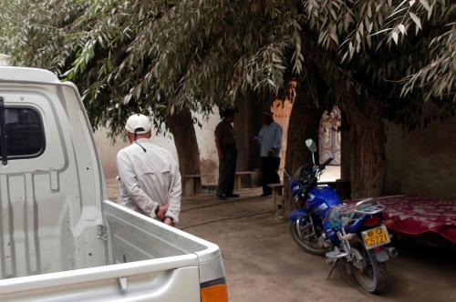 案内された家は、土地の維吾爾人の権力者の家で、かなり広くて大きな四合院形式の平房。<br />「酋長」ではないが、この村の長である事には違いはない。<br />接客する部屋は、ソファのある部屋と維吾爾人接待の部屋などに別れている。理由は、漢民族は胡座がかけないから、維吾爾人同士の接待に使う部屋では無理があるから、個別にソファの部屋を準備してあるそうだ。我々なら問題なく、維吾爾人部屋で交流できるんだけどね。