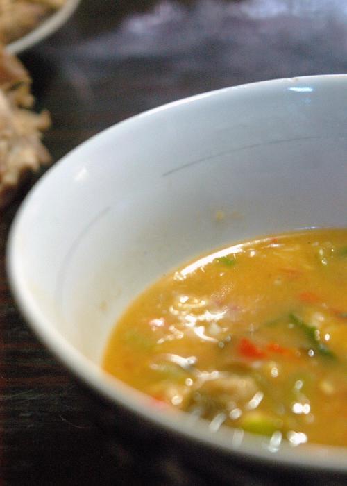 テーブル上に、骨や要らないものを吐き出す習慣がある中華圏人。この地の維吾爾人もその習慣は同じだった。<br />維吾爾人のお手伝い君が頻繁にやって来ては、テーブルの上の骨殻やゴミ、お皿などを片付けて呉れるので、いつも小綺麗に片づいているテーブル。<br /><br />最後に出てきたのは、彼ら特製の「面」(千切った面が入っていた)<br />何となくカレーのように見えるが、味は、少し孜然(クミン)の効いた独特なもの。でも味は中々だった。