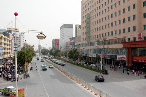 エイティガール裏の職人街を少し歩くことにした。<br />歩道橋上から通りを眺める。
