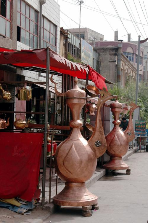 大きな急須(?)が目立つ、パキスタン花瓶の店。<br />その他、茶器や骨董も置いてある。