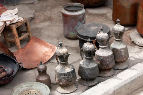 傍では骨董品の茶器が並んでいた。<br />本物だそうだが、この辺りの製品は良く判らない・・・