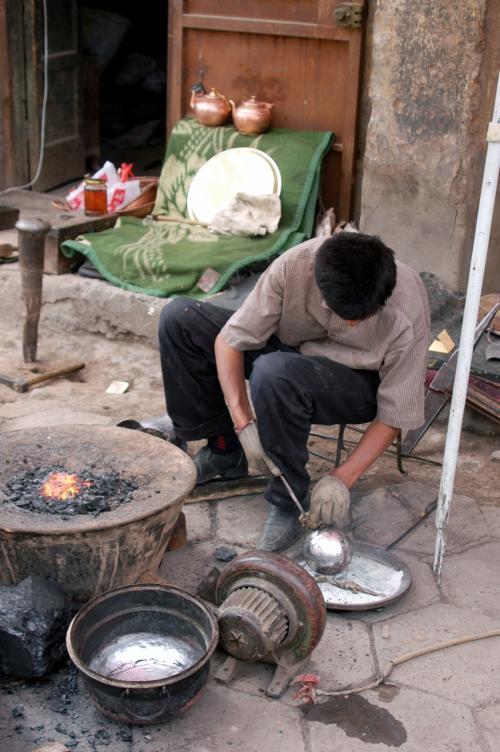 維吾爾版「鋼の錬金術師」?<br /><br />はは・・・・急須やお鍋を叩いて作るブリキ加工職人さんだ。