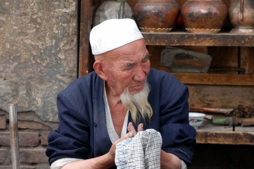 その加工している様子を見つめる維吾爾爺さん。<br />弟子を見つめる師匠・・って感じで、なんとも味がある。