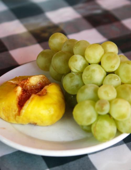 喀什一旨い葡萄と无花果2つを並べて記念撮影。