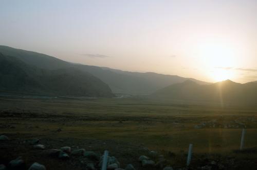 朝。<br />8時と言う事で驚いて飛び起きてみると、朝日は山陰に隠れたり出てきたり。