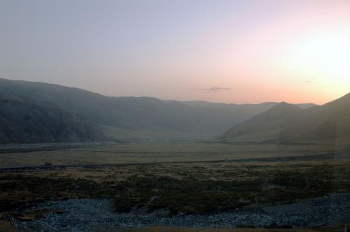 朝日に照らされた山並みは、カメラでは捉えきれないくらいの明るさ。