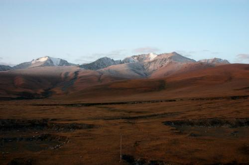 雪を被った山並み発見!<br />ここは喀什へ行く時にも印象深かった所。その時は天気がイマイチだったが、今回は天気が良く、遠くの雪山まですっきり見えていた。<br />標高は2000m以上有るのだろう、万年雪の雪山が、すぐそこまで迫って見えていた。