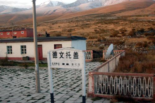 雪山が見える山頂の文托盖駅(デウェントゥガイ駅)。<br />万年雪に最も近い駅だ。