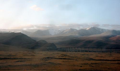 先程通過した架橋を見ながらの走行。<br />うねうね走行で、色んな角度から何度も雪山を見られるので感動!<br />朝早すぎて、折角の雪山山頂の日照りが、まだ下のほうまで来て無くて残念・・・
