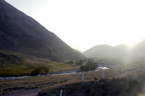 沙漠と戈壁と、水と緑と・・・<br />天山山脈は命の営みそのものだ。