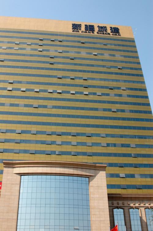 途中、綺麗なビルの看板を見付けたが、目的のビルと同じ名前だったのでびっくり。<br />「還・・・還没有弄好!?(ま・・・まだ出来てないの!?)・・・」<br /><br />すると、殺風景で高級住宅地のような所に出たら、「有った、さっきの看板通りのビル!!」<br />もの凄くシンプルながら、のっぽなビルの天辺に輝く、「城建大厦」の文字確認!