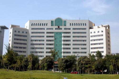 左横にあった烏魯木齊県政府ビル。<br />纏まりのある良い感じのビルで、周囲も仰々しくなくて良い。第一、立地環境が最高だった。