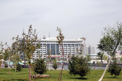 公園にある池の畔から北方向を見ると、そこには烏魯木齊市政府があった。<br />政府前のこの広場内には、小型ながらレストランや喫茶などがある。田舎っぽい所で露店ビリヤードも・・・(^^;