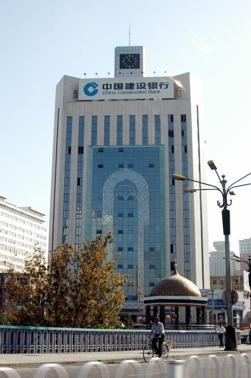 烏魯木齊の建設銀行。<br />こまが好きな建築の一つ。<br />しかし、看板が良くないなぁ〜。。。以前はもっと渋い看板だった。<br />真ん中のモスクデザインも、前の方が断然良かったし・・・<br />前の画像→http://4travel.jp/traveler/chinaart/pict/10526944/<br />