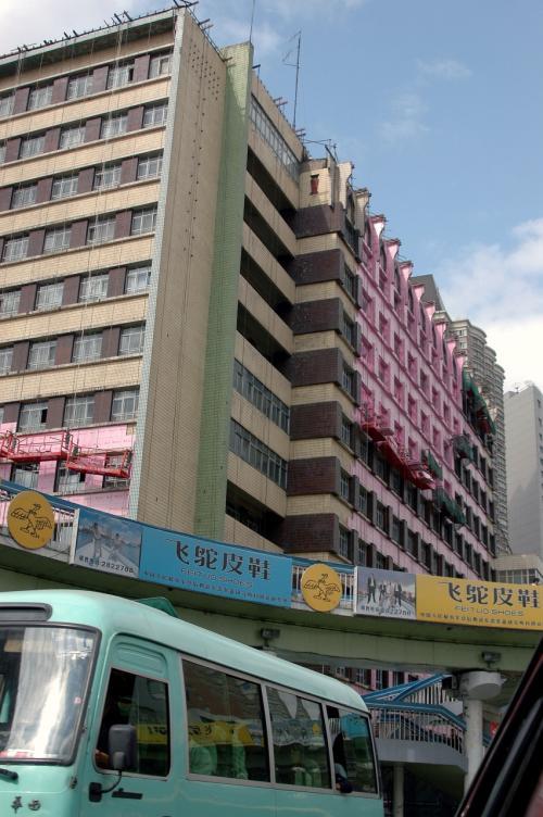 ピンク色の壁に改装中!!?<br />・・・と思いきや、壁材の包装だった。<br />施工後剥がすモノだ。