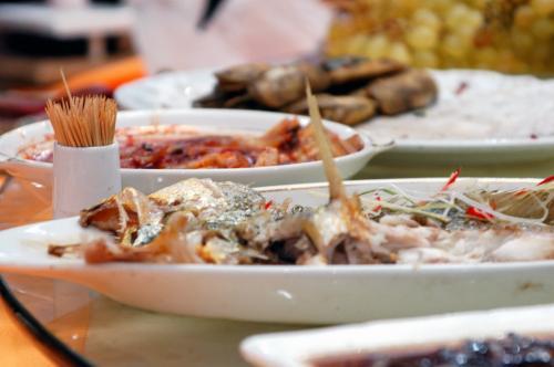 煮魚。<br /><br />遠くに見えている茶色いフライモノは小魚のフライ。<br />これが日本の味のフライと同じ味だった♡