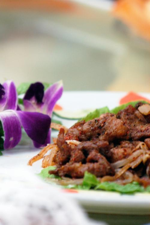 串焼きの「羊肉串(ヤンロウジュェン)」ではなく、料理版の烤羊肉。