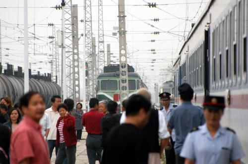 どうせドコにも行かないので、朝はゴロゴロしながら起きるのも遅かった。<br />10時26分、甘肅省に入って3つめの駅「武威南」に到着。<br />停車時間は・・・・・3,、30分!?