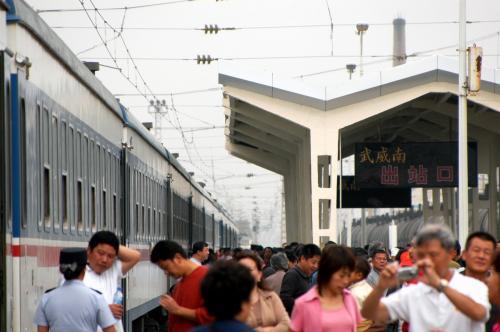 人々は、皆思い思いの事をしながら時間つぶし。<br />たかだか機動列車交換で、半時間も停車するのか・・・?<br />日本だったら、ドコか別の都市まで行けちゃうけど・・・。<br />