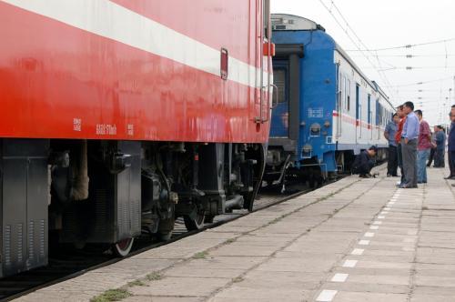 そのままT54次に連結するようだ。<br />お前、来るの遅すぎるんだよね。。。<br /> <br />ボディには「最高速度170km/h」の文字が見える。<br />青い方は120kmなので、これが提速列車(増速列車)なんだろう。<br />